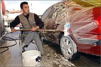 Un joven en silla de ruedas, trabajando en un lavacar
