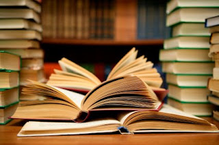 Varios libro, algunos apilados y otros abiertos