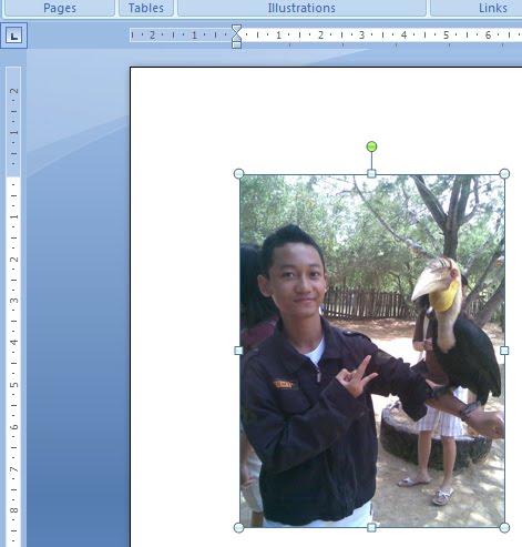 saat gambar tersebut sedang aktif, buka tab Format (Picture Tools