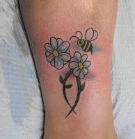 abelha flor tattoo