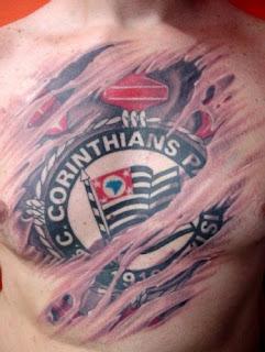 escudo corinthians saindo da pele tattoo