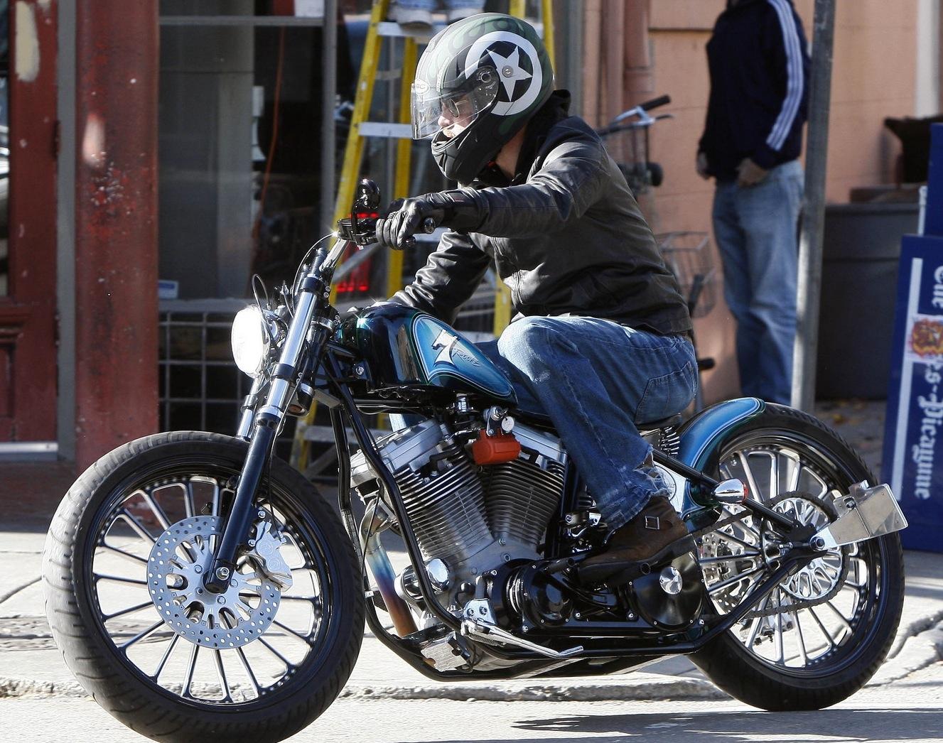 http://1.bp.blogspot.com/_ibXW_rTlkBk/TVBUS61I5kI/AAAAAAAAAq4/0v2BvnpCx8I/s1600/brad-pitt-rides-new-custom-motorcycle3.jpg