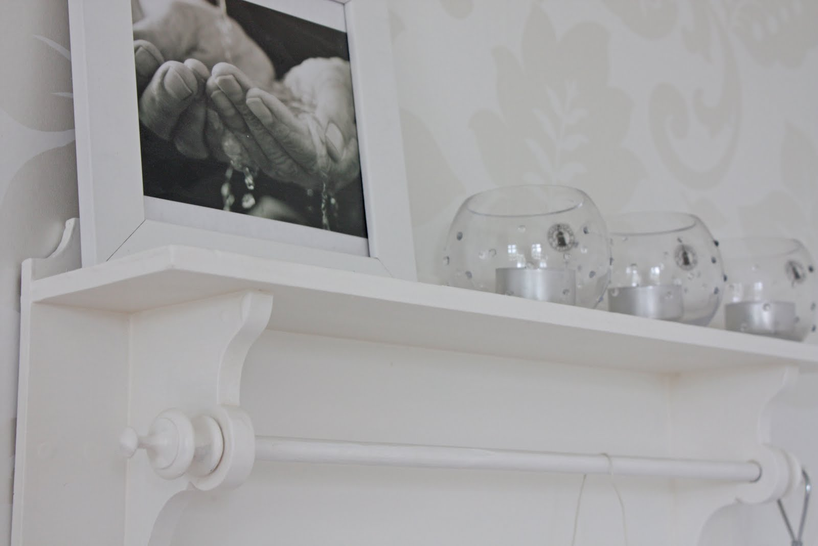 Fröken råsmart: hylla i sovrummet