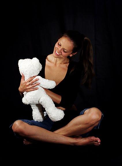 фотосессия в черной студии девушка с мишкой girl teddybear