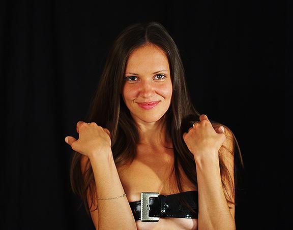 фотосессия в черной студии девушка пояс girl dressed in belt