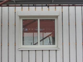 Stående panel runt fönster'