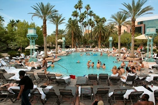 Chlorine Gas Sickens People At Las Vegas Pool Buzz Punching