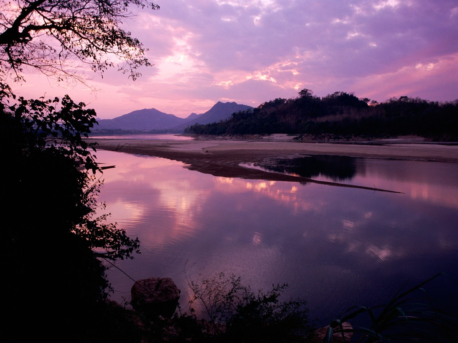 http://1.bp.blogspot.com/_ioD6UOQqcyA/Sw73HvEaMaI/AAAAAAAABc4/wVj6O44-tC8/s1600/Khan+River,+Luang+Prabang,+Laos.jpg