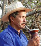マテ茶を飲む人のイメージ