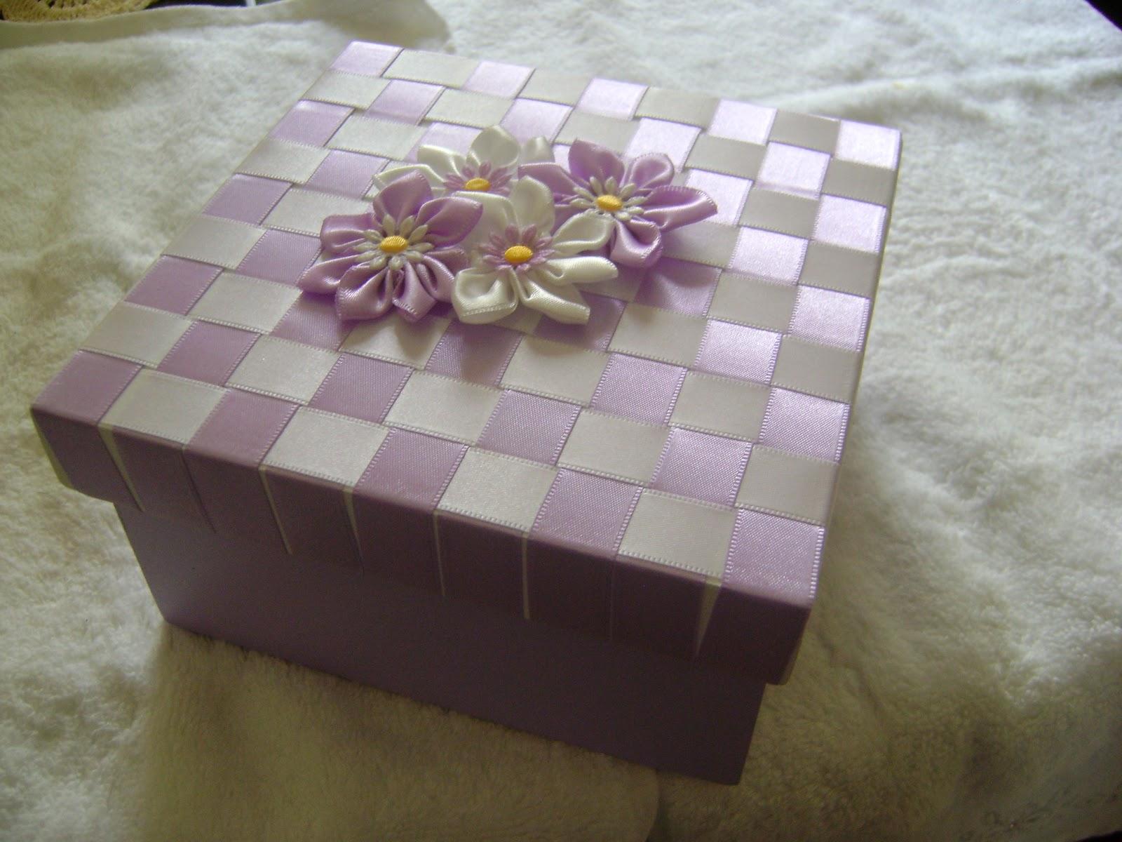 : Caixa de Madeira com trançado de fita e flores de cetim #5B4E35 1600x1200