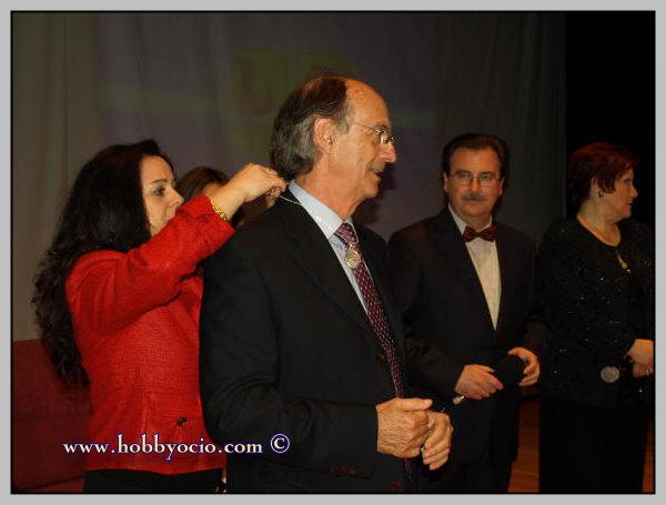 D. Julio Elizalde Barraquer recibe el Relicario de manos de Loli sobrina-nieta de Raquel Meller
