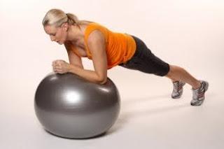 Фото к упражнению планка с мячом