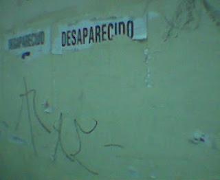 Cartaz de desaparecido, rasgado, sem a foto