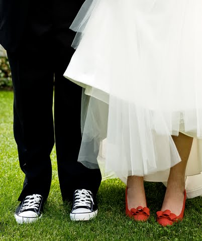 http://1.bp.blogspot.com/_j6ZM3CT-0VA/TCIjTuxWmpI/AAAAAAAAAMo/7_Tq8aDPs3M/s1600/colorful+bridal+shoes.jpg