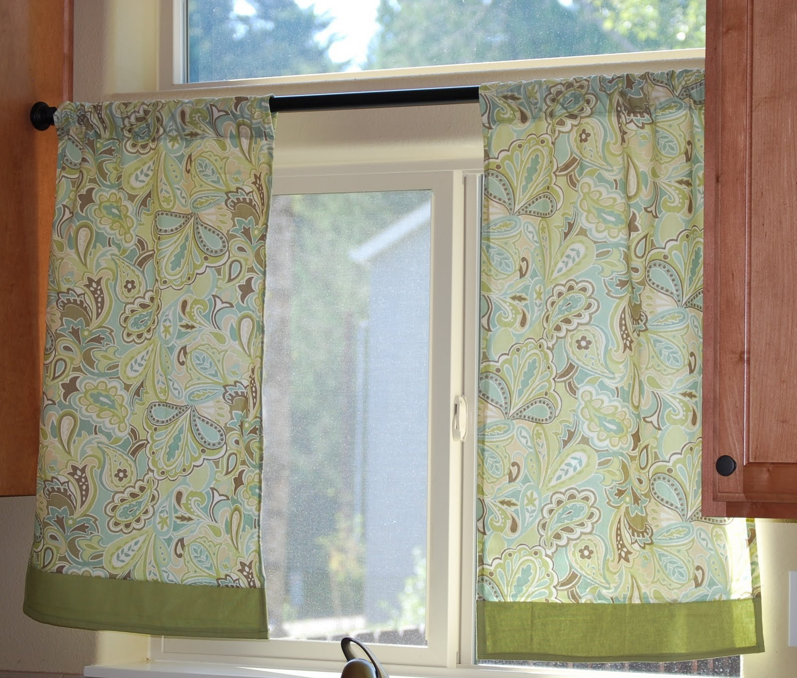 Sleepless in sandy sewing project kitchen curtains for Kitchen window curtains