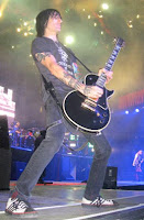 richard fortus playing a gibson les paul custom