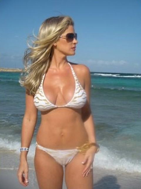 Kim+Zolciak+beach+body (image)