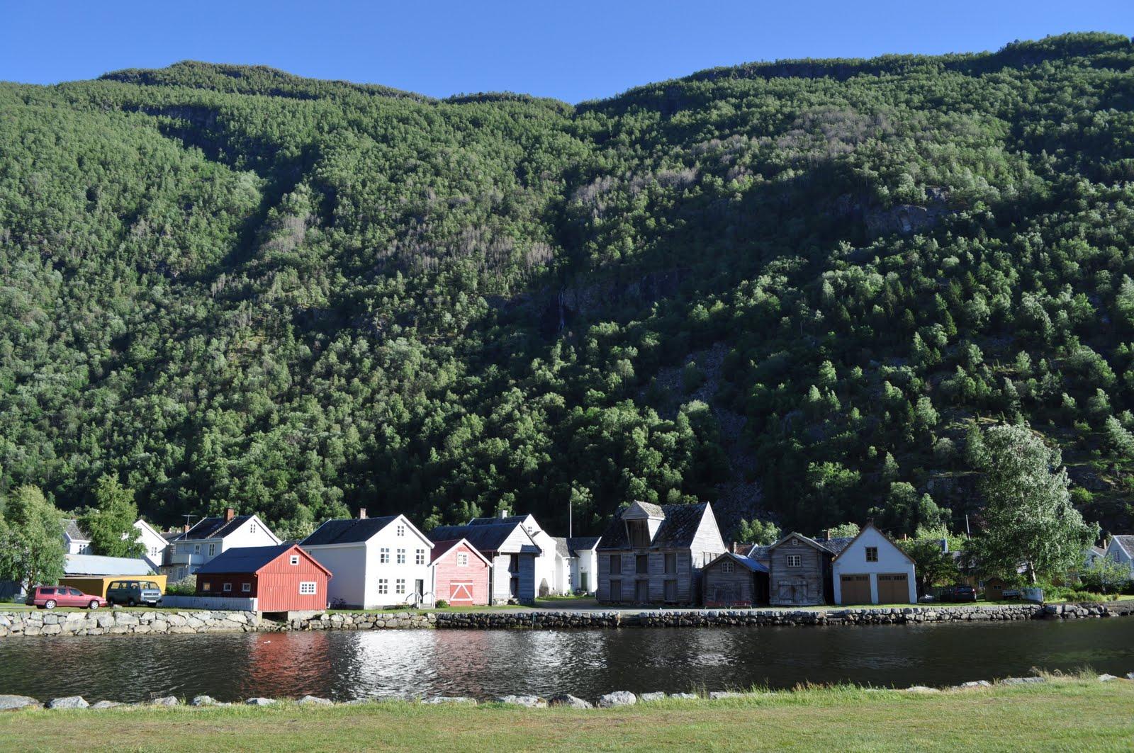Lærdal et herlig sted med høye fjell og vakre hus og hager en av