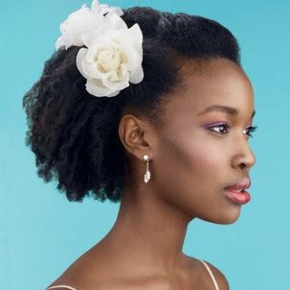 Outra linda opção de penteado para noivinhas de cabelos afros e crespos
