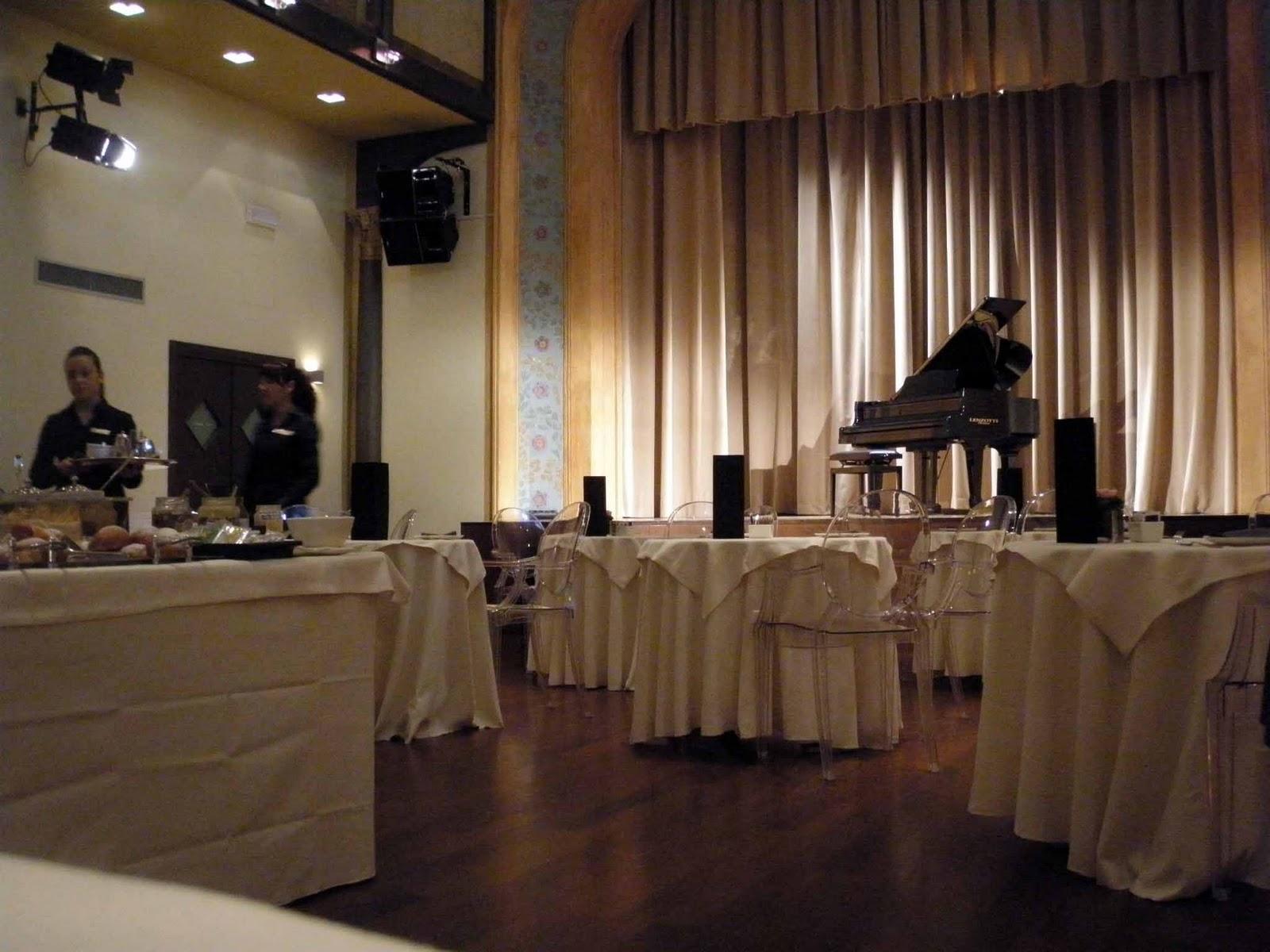 http://1.bp.blogspot.com/_jMDiAk8Aiq4/TQsdtjkqvFI/AAAAAAAAAHI/nLzpSGoTIYk/s1600/sala+teatro+hotel+i+portici.jpg
