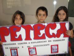 As crianças seguram a PETECA na Palestina