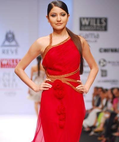 [Anushka+Sharma+In+A+Fashion+Show5.jpg]