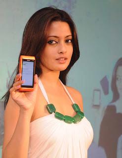 Riya Sen Unveils Nokia N8 Phone 11.jpg