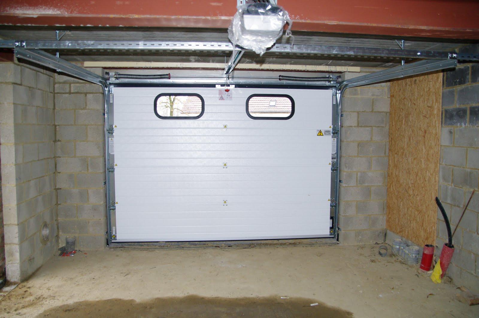 Maison nathalie et alban mise en place de la porte de garage for Luminaire de garage