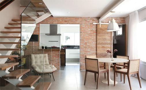 decoracao de interiores sobrados pequenos:Ambiente aconchegante em tons neutros com o uso de tijolinhos