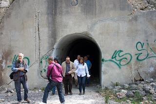 La Alcaldesa y acompañantes saliendo de uno de los depósitos tras su visita