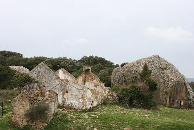 Ruinas de la antigua venta y Peñón de Ballesteros