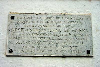 'Escuelas José Antonio': placa conmemorativa. (La Barca de la Florida)