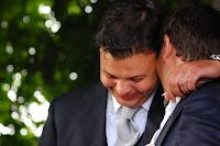 foto abbraccio sposo testimone