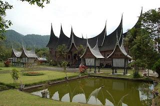 Rumah-gadang-Padang-Sumatera-Barat-traditional-house