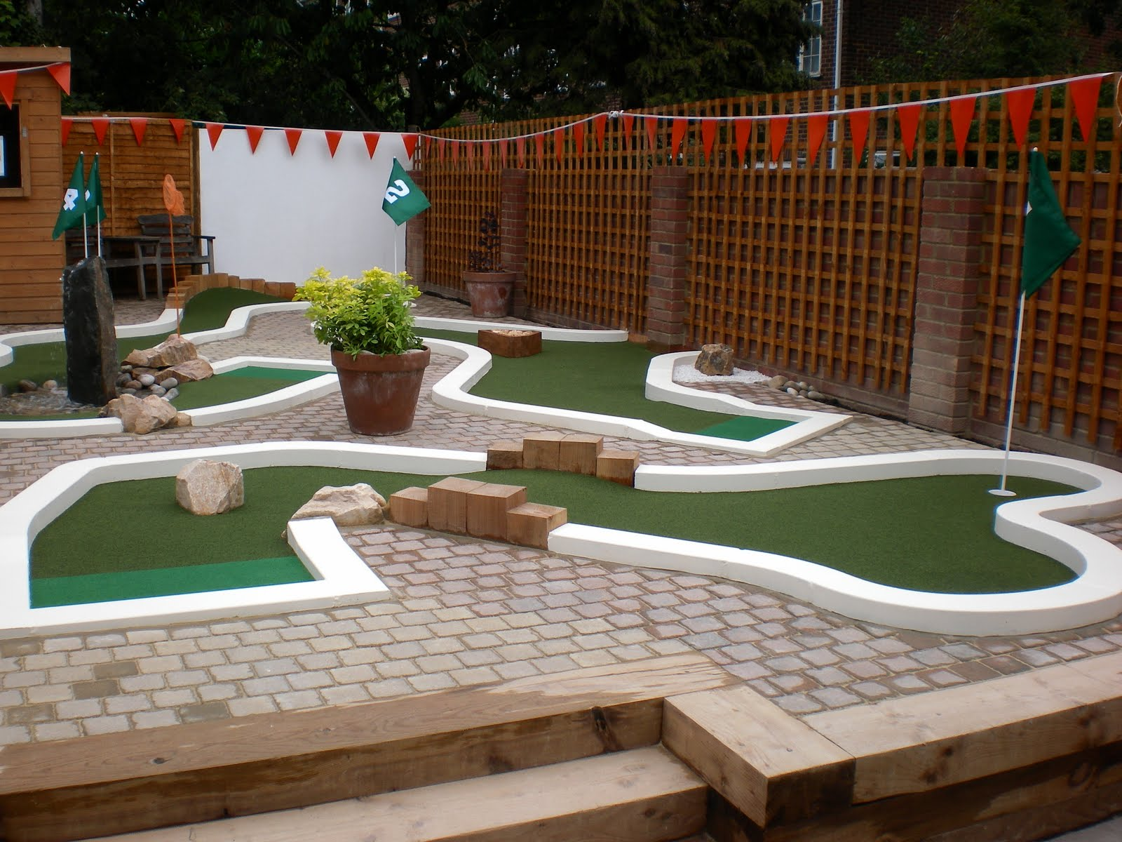 The ham and egger files urbancrazy minigolf course party in east finchley for Garden city mini golf