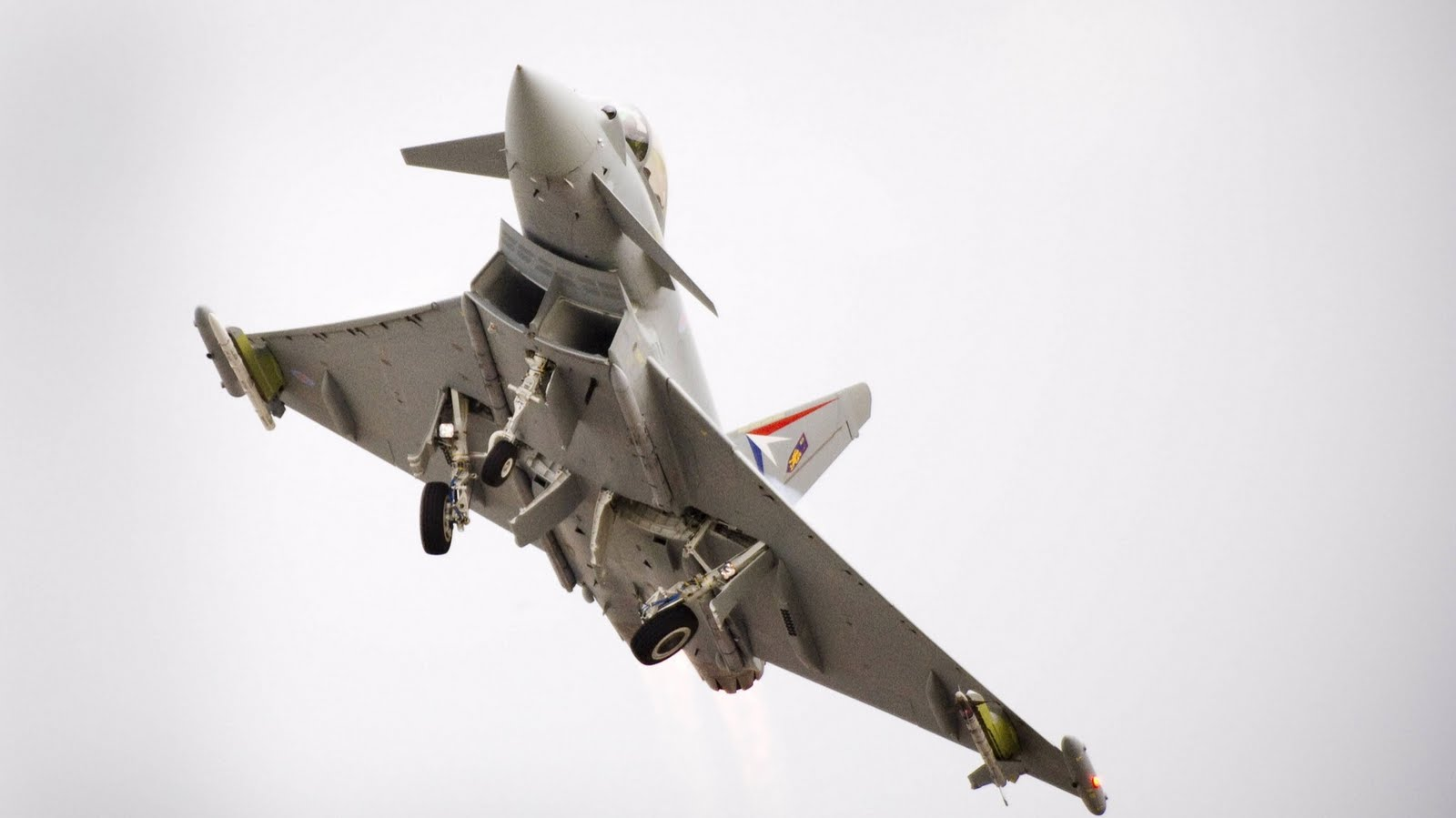 http://1.bp.blogspot.com/_ja676MG45Zg/TIuUNrRRMvI/AAAAAAAAEkE/Kn_gujOPAcI/s1600/eurofighter-typhoon-maneuver.jpg