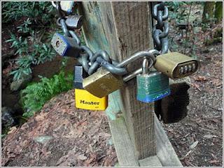 cadeados unidos entre si pechando unha cadea