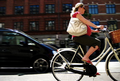 Image of a pregnant cyclist in Copenhagen
