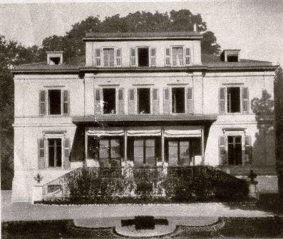 La villa Moynier avec un parterre aux couleurs de la Croix Rouge
