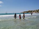 les enfants profitent de la mer