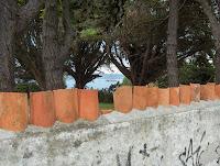 Isla de Santo Mauro a lo lejos desde una valla en el camino del faro