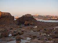 la muralla de rocas con la marea baja