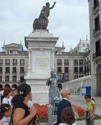 Las dos estatuas, una la de Velarde