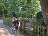 6-Dando de comer a las ardillas en Holland Park