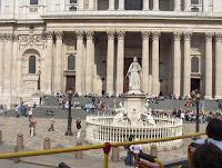 Princesa Ana delante de St. Paul's Cathedral