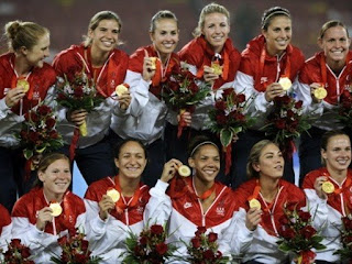 US players display their gold medals after beating Brazil 1-0 in the women's football competition in the 2008 Beijing Olympic Games in Beijing on August 21, 2008. AFP PHOTO/DANIEL GARCIA