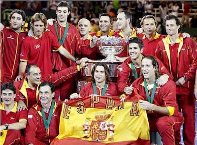 La ensaladera de la Copa Davis en manos del equipo español