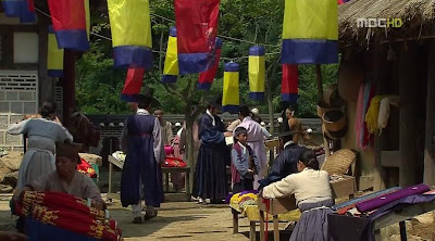 Guru Yi Geum memanggil Dong yi. Sehingga Dong Yi menoleh dan memberi