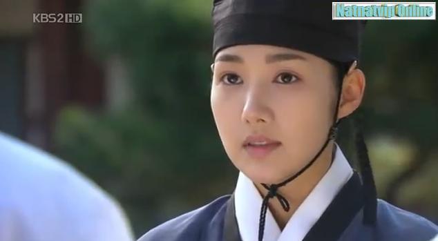 Yoon Hee membantu Yong Ha membereskan barang2nya.