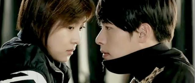 Benar saja, saat ra im memegang kaki joo won dan joo won mulai sit up